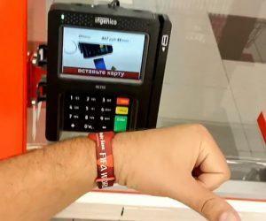 Брелоки и браслеты «Мир» заменят россиянам платежную банковскую карту