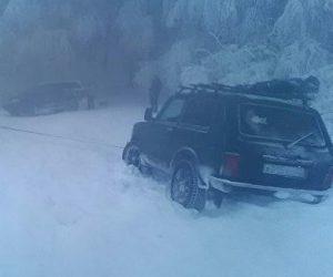 Снежный плен: в Крыму спасатели вызволили из заносов два авто с пассажирами