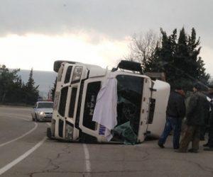 В Ялте перевернулся грузовик с щебнем