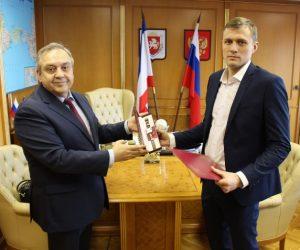 Москвич получил награду за спасение тонущего ребенка в Ялте
