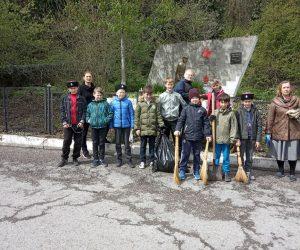 Ялтинские школьники навели порядок на воинском кладбище