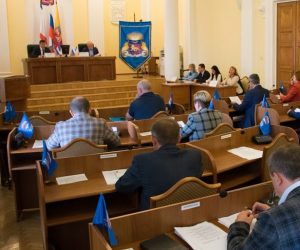 Депутаты горсовета объявили конкурс на замещение должности главы администрации Ялты и избрали Дмитрия Карнауха новым заместителем главы администрации города