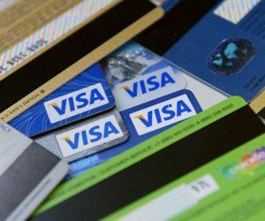Россияне массово отказываются от банковских карт