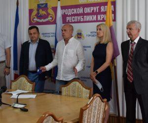 Футбольная дружба: ялтинский «Рубин» и северный «Новосибирск» подписали соглашение о сотрудничестве