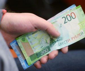 Курс рубля умеренно растет к доллару и евро в начале торгов