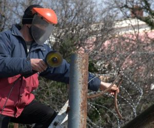 В Ялте демонтируют колючую проволоку на заборах