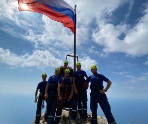 В День Государственного флага российский триколор подняли на вершине Ай-Петри