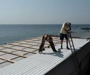 В Алупке сносят «шалманы» на пляже: демонтаж оплатит нарушитель