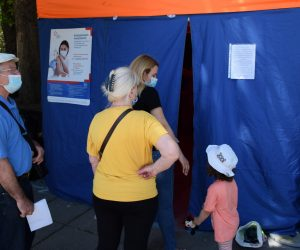 На Центральном рынке Ялты работает мобильный пункт вакцинации