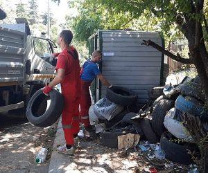 Три десятка грузовиков со старыми брошенными автошинами вывезли за неделю в Ялте