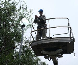 Работники МБУ «Ялтагорсвет» устанавливают фонари на затемнённых участках города